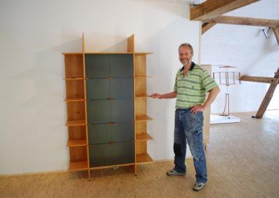 Glasschrank mit selbst erfundenen Holzbeschlägen