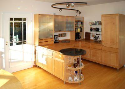 Küche in Vogelaugenahorn, Bergahorn, Granit und Satinglas
